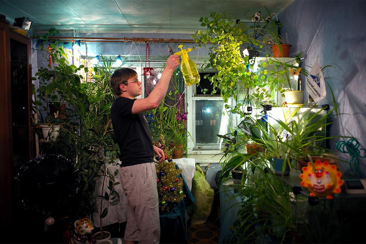 Недостатокот на зеленило, студените и снежни зими и лоши услови на животната средина го принудуваат локалното население да создаваат градини во своите станови.