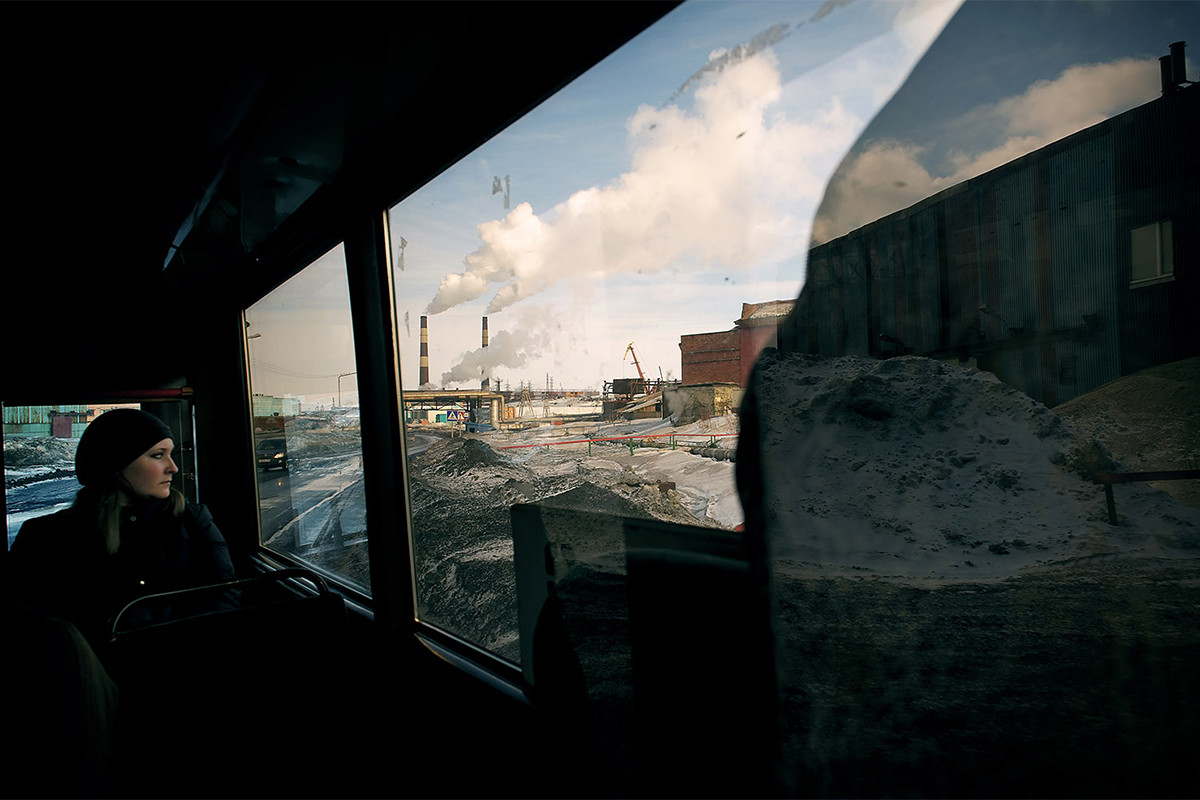 """Серијата фотографии """"Денови на ноќта - ноќи на денот"""" раскажува за секојдневниот живот на жителите на Норилск (2880 километри од Москва), рударски град северно од Арктичкиот круг, во кој живеат повеќе од 170000 луѓе."""