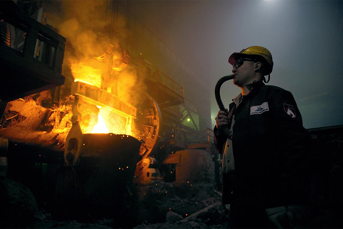 """Компанијата """"Норилски Никел"""" се занимава со рударство и преработка на никел и паладиум. Таа е главен локален работодавач. Фабриката ги нема ажурирано своите безбедносни процедури уште од нејзината изградба. Работниците дишат со помош на специјално црево."""