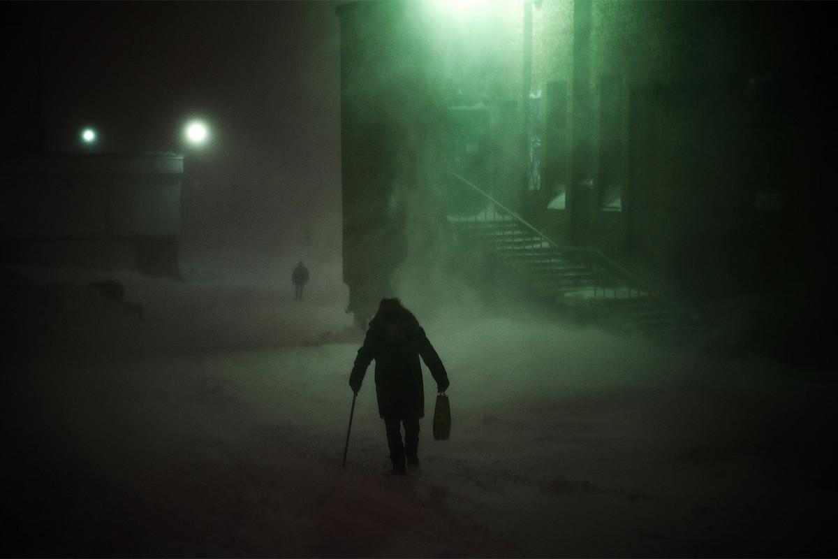 """""""Со 60% од населението во индустријата, оваа серија сака да ја истражи адаптацијата кон екстремната клима, еколошката катастрофа и изолацијата"""", вели Чернишева. Просечната температура е 10°C, а зиме и до -55°C, кога Норилск е во темна поларна ноќ долга два месеци. Животните услови овде се уникатни."""