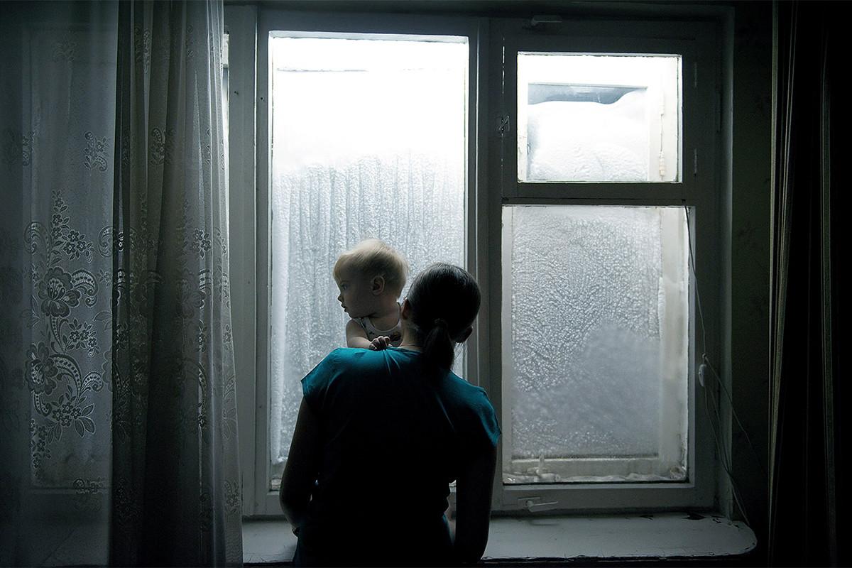 Становите тука имаат по два прозорци за да не бега топлината. Големата разлика помеѓу надворешната и внатрешната температура предизвикува кондензација на пареата на стаклата.