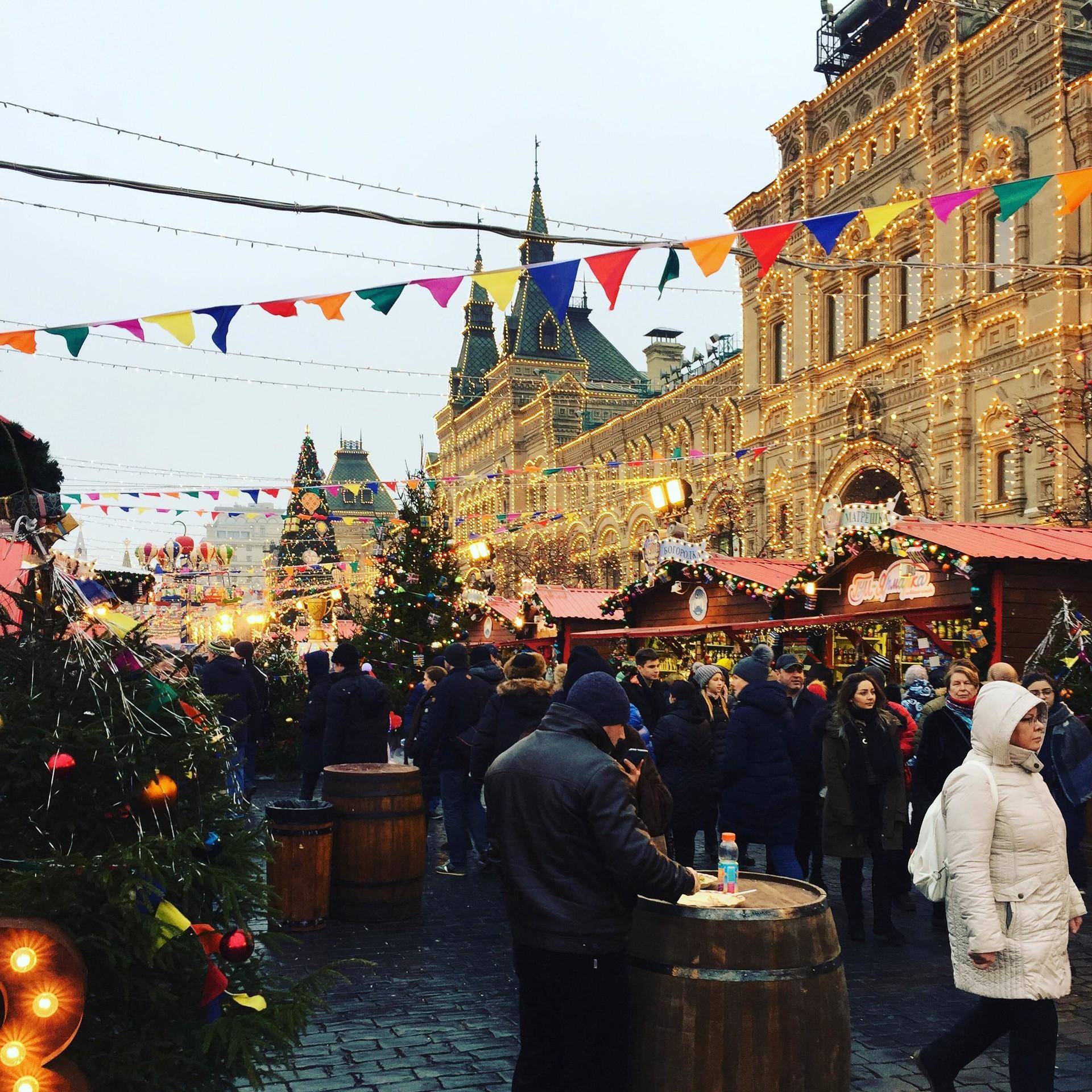 Božično-novoletni sejem pred veleblagovnico GUM na Rdečem trgu