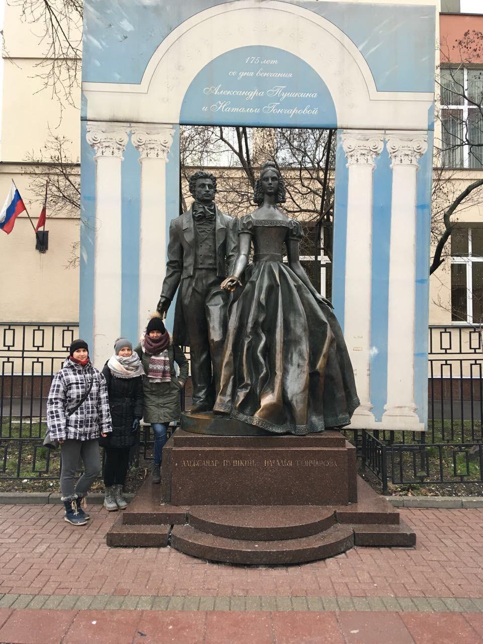 Slovenke pod spomenikom Aleksandra Puškina in Natalije Gončarove na Arbatu