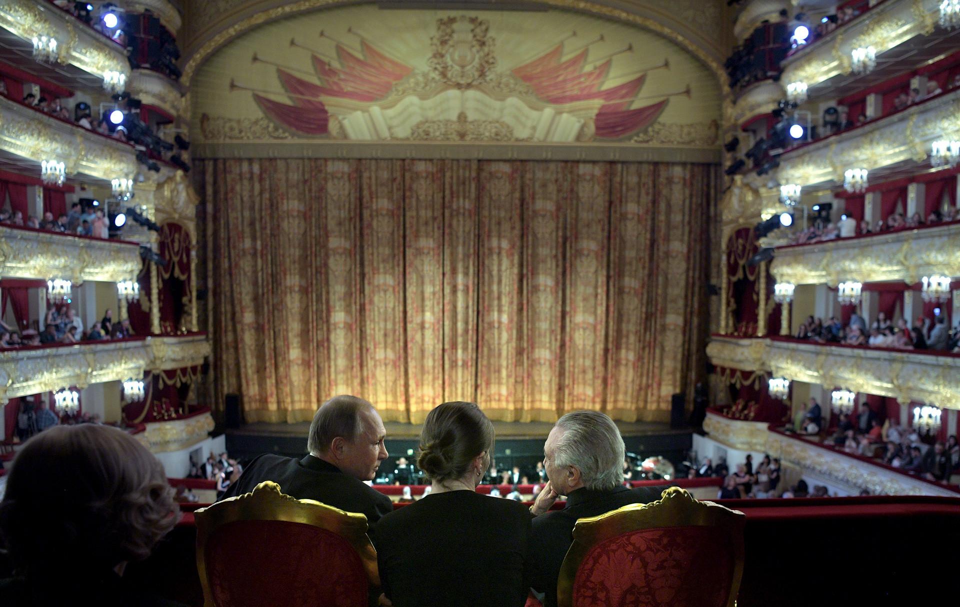 Vladimir Putin dan Presiden Brasil Michel Temer mengobrol saat menghadiri konser oleh para pemenang Kompetisi Balet Internasional XIII dan Kontes Koreografer di Teater Bolshoi, Moskow, 20 Juni 2017.