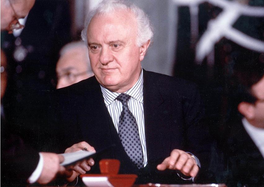 Sovjetski zunanji minister Eduard Ševardnadze je podpisal sporni sporazum poleti 1990.