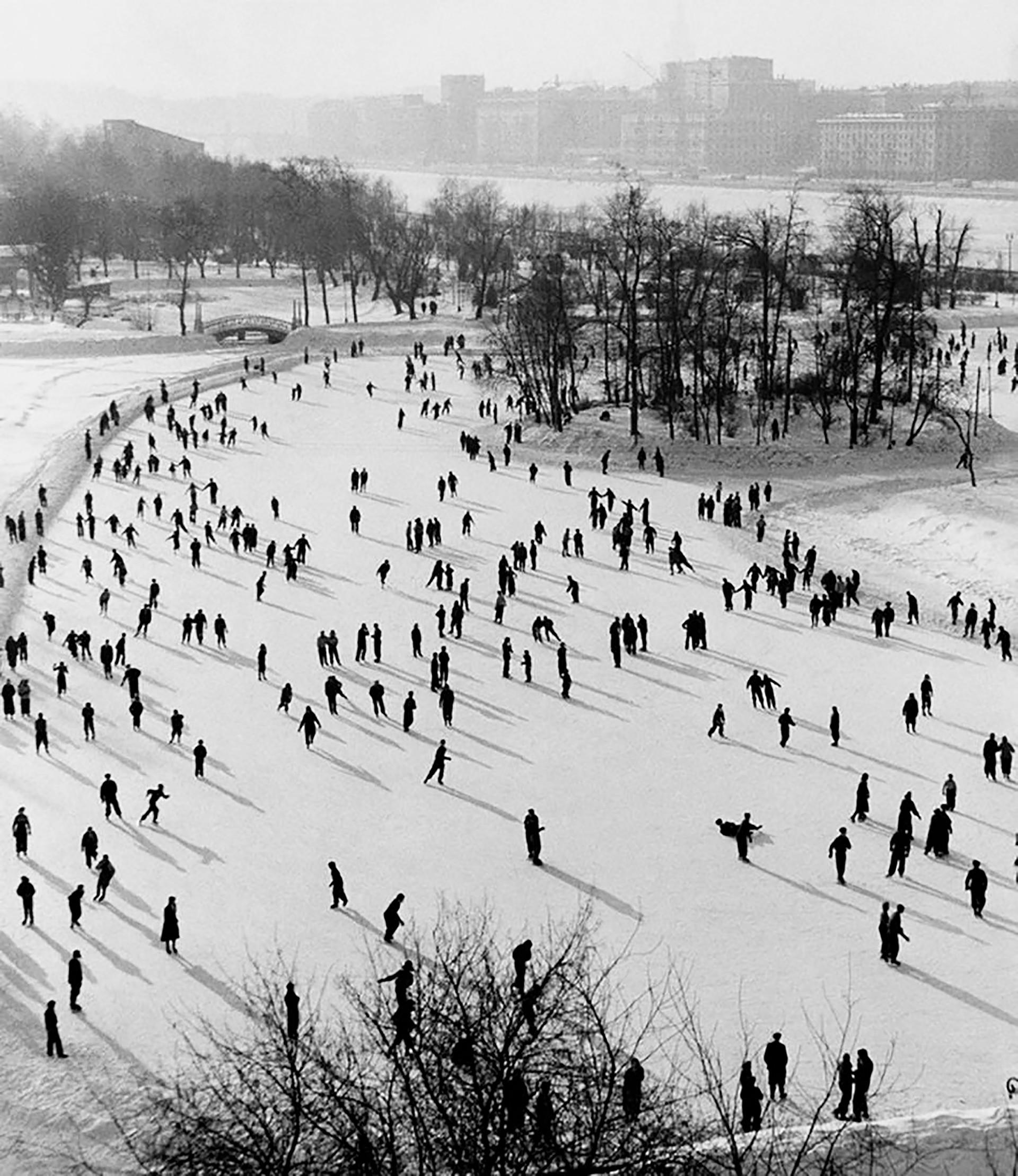 Verschneite Wintertage sollte man draußen verbringen: Immerhin kann man ja draußen Eislaufen. Das macht Spaß und hält fit! Das zeigt auch dieses Foto aus den 50er Jahren vom Moskauer Gorki-Park.