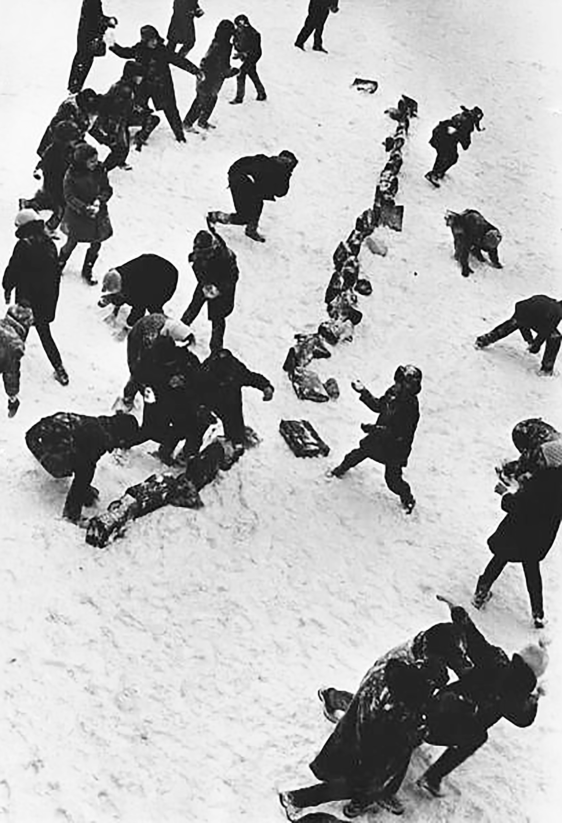 Schneeballschlachten sind natürlich das Erste, das Klein (und Groß) mit dem ersten Schnee einfallen!