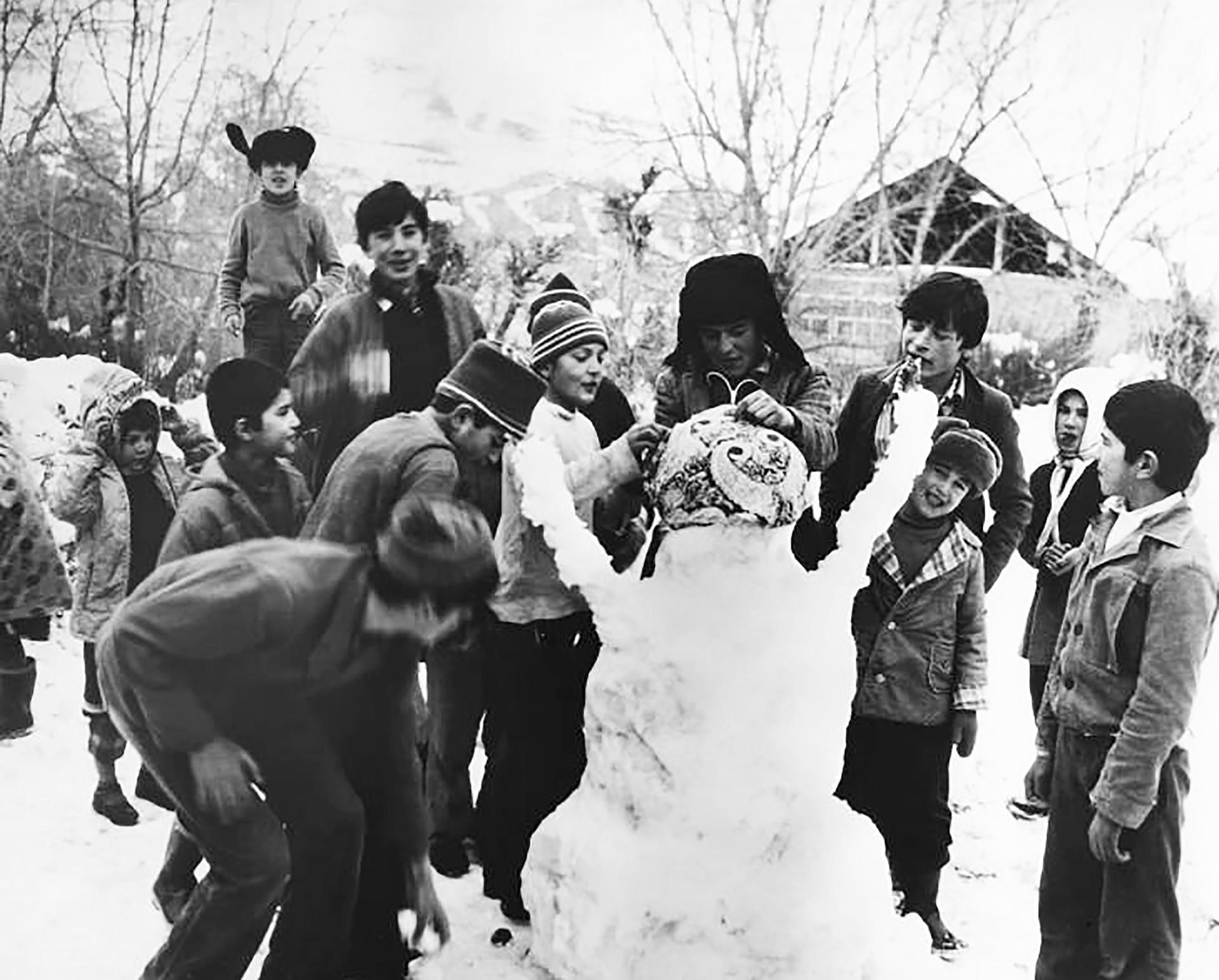 Zeigen Sie Ihre Kreativität beim Schneemannbauen!