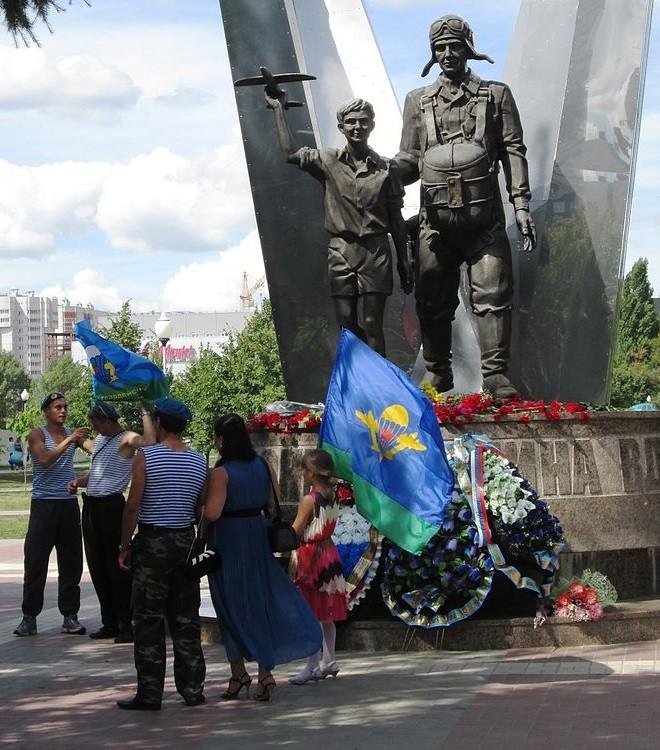 Deklica nosi zastavo Zračno-desantnih čet Ruske federacije med praznovanjem njihovega poklicnega praznika v mestu Voronež