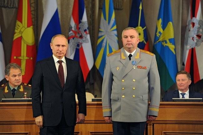 Slovesno odlikovanje. V ozadju tudi zastave Obveščevalne službe za tujino, prejšnjih ruskih zračnih sil in še vedno delujočih strateških raketnih čet (druga, tretja in četrta z leve)