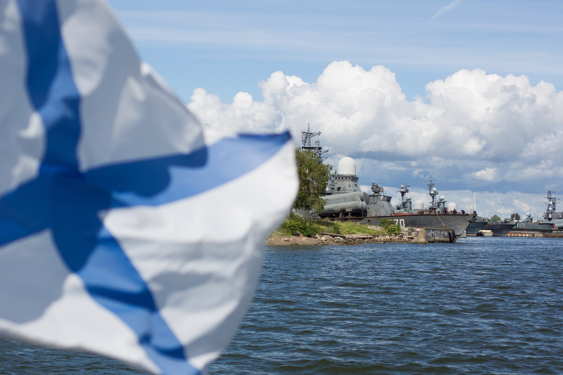 Zastava ruske mornarice na vojaški ladji v Kaliningradu