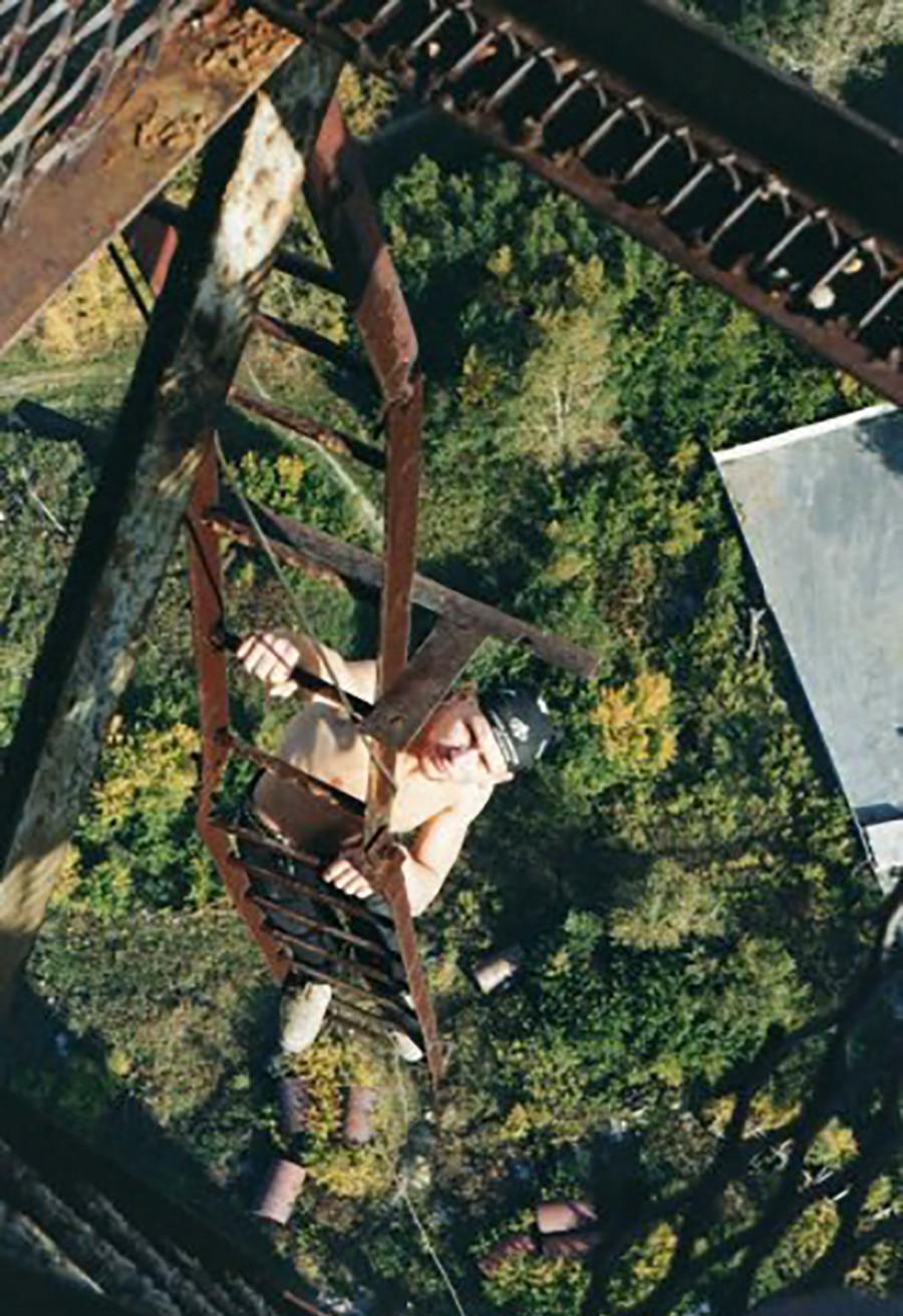 Alexander Paljanow auf der äußeren Feuerleiter des Turms
