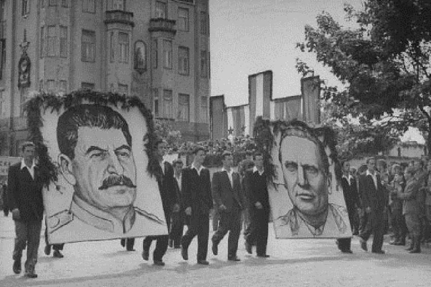 """Првомајска парада 1946. године са ликовима Стаљина и Тита пролази испред хотела """"Москва"""" у Београду."""