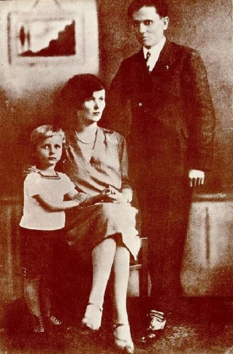 Тито, његова супруга Пелагија и син Жарко.