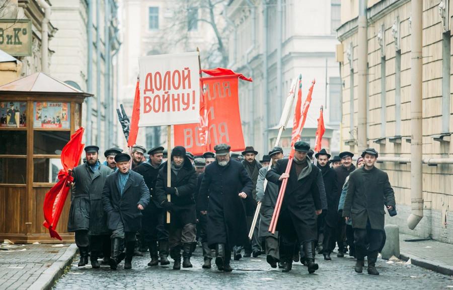 Primeiro livro da série, publicado no início dos anos 1920, retrata com imparcialidade a Revolução Russa, mas continuação foi marcada pela propaganda. Cena de série russa baseada na obra.