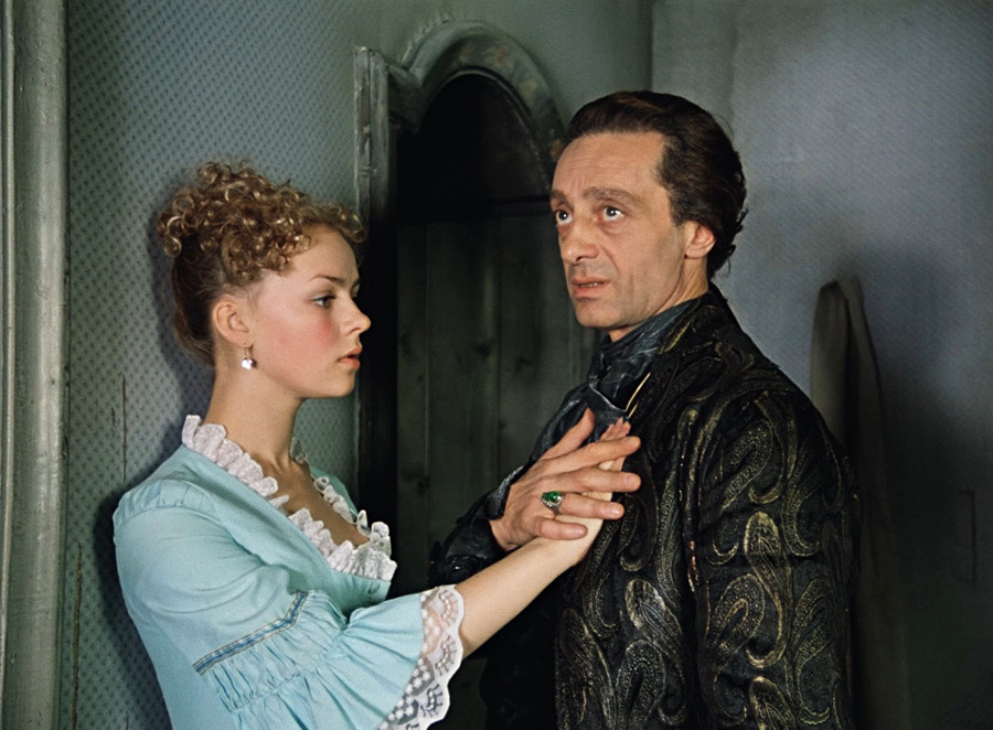 """Imagem do filme soviético """"Fórmula do amor"""", baseado em """"Conde Cagliostro"""".  Livro conta aventuras de ilusionista trambiqueiro na Rússia."""