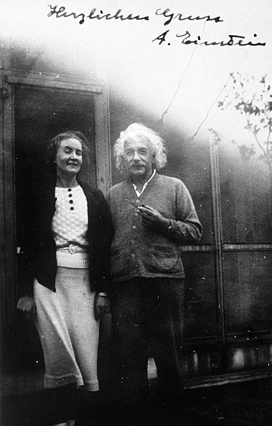 Алберт Ајнштајн и Маргарита Коњенкова на фотографији непознатог датума.