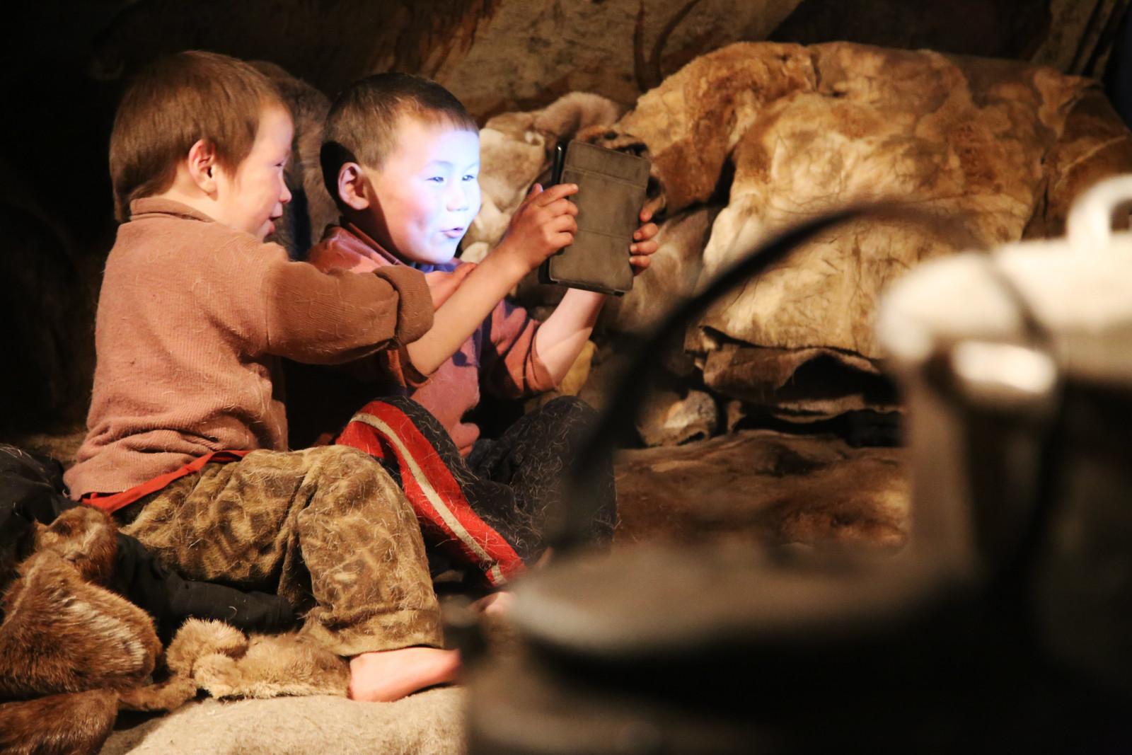 Anak-anak Nenet menonton kartun.
