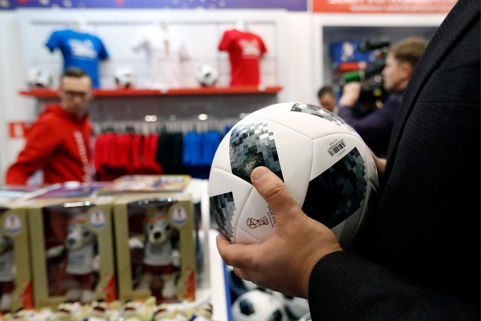 Bola resmi Piala Dunia 2018 Telstar 18.