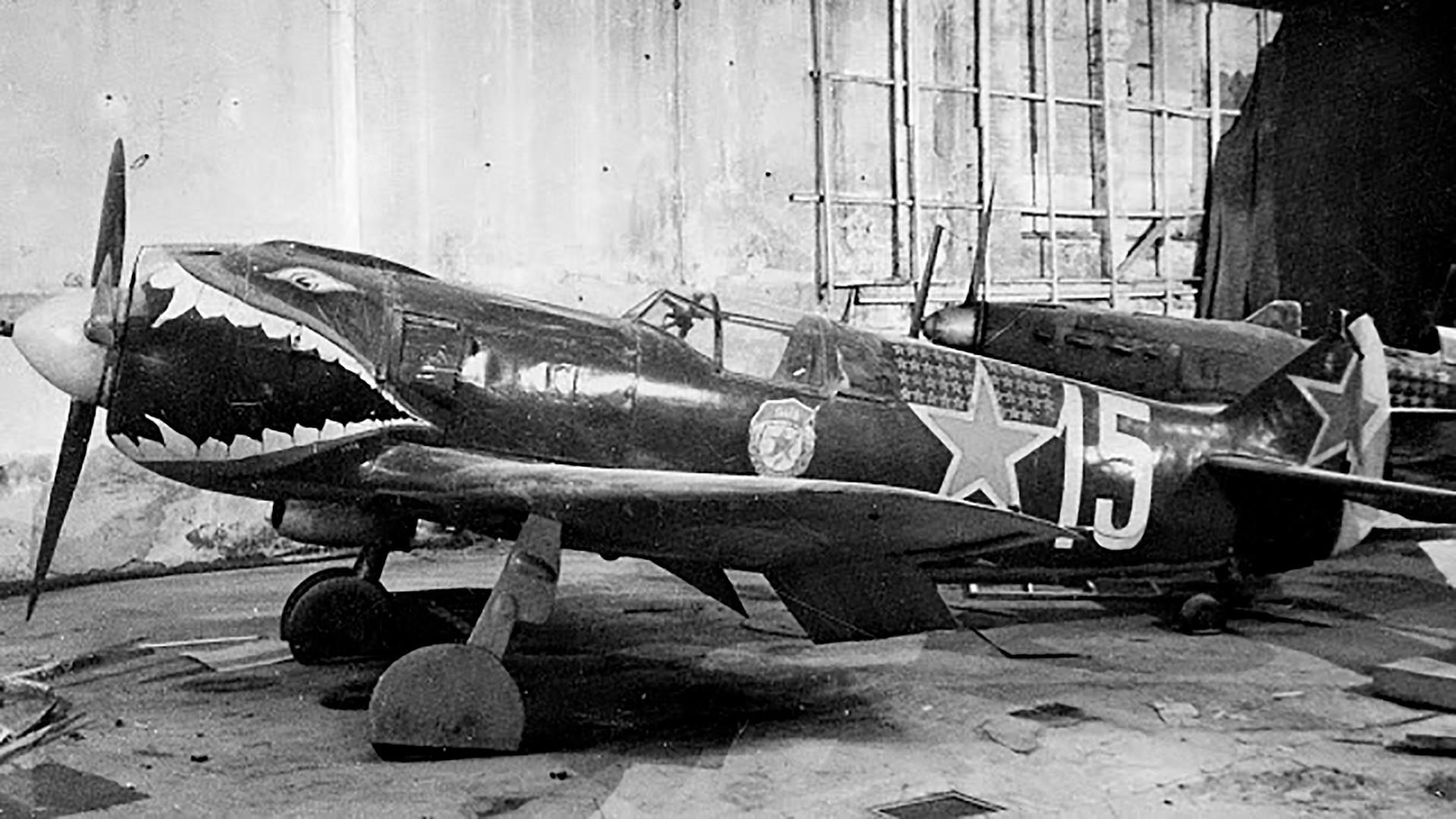 Тек кад је рат одмакао совјетски пилоти су за своје ловце почели да осмишљавају занимљивије и провокативније цртеже.