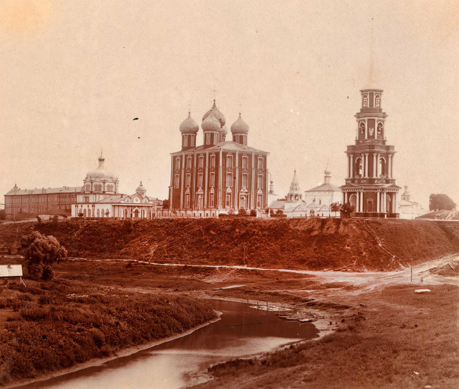 Ryazan Kremlin, northwest view. From left: Archbishop's Palace, Cathedral of Nativity of Christ, Dormition Cathedral, Epiphany Church, Transfiguration Cathedral, bell tower. Summer 1912.