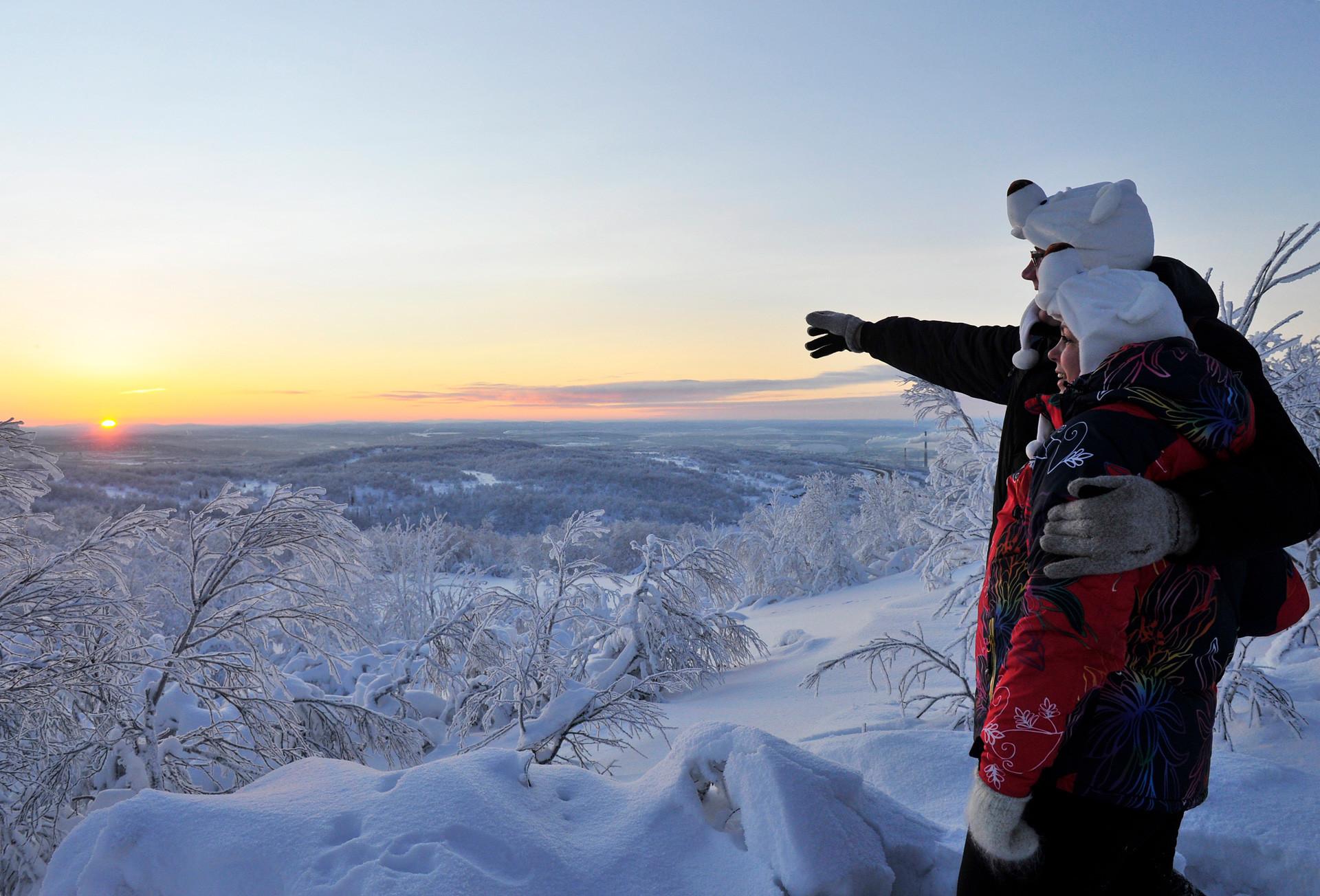 Dua warga Murmansk menyambut matahari terbit untuk pertama kalinya sejak awal Desember 2017 yang menandai berakhirnya malam kutub.
