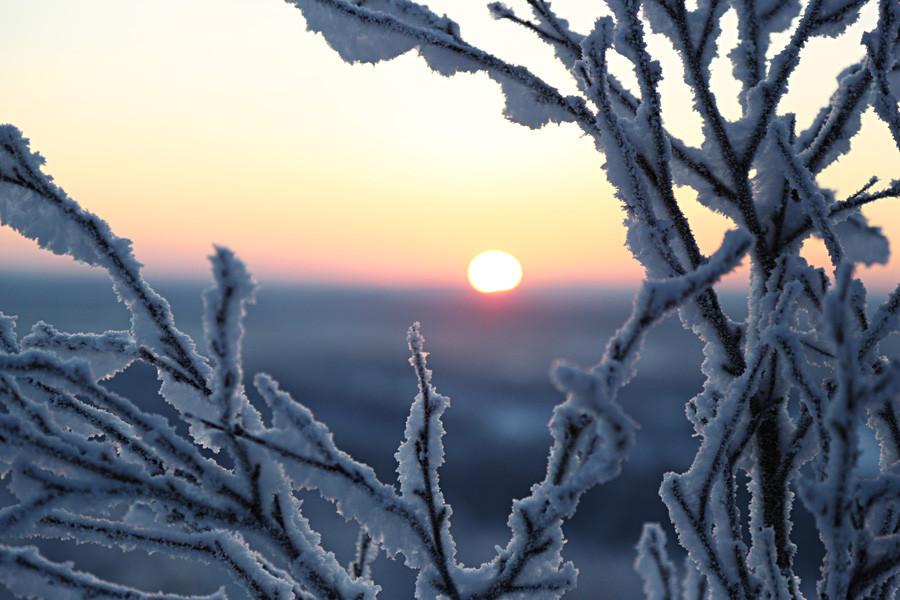 Matahari terbit terlihat dari Solnechnaya Gorka di dekat Murmansk.