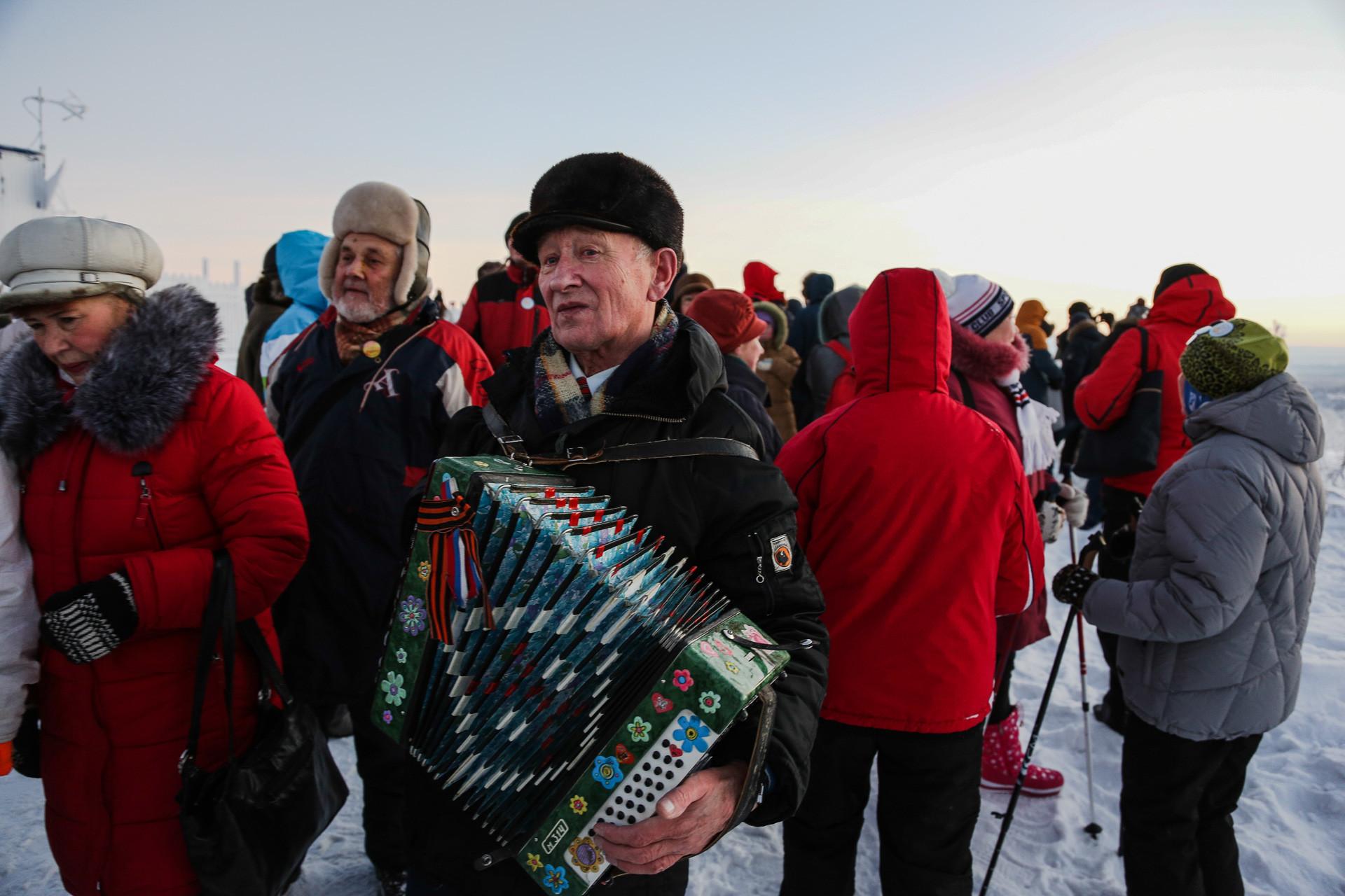 """例年通り、日の出を目撃するため街外れのソルネチナヤ・ゴルカ(""""太陽の丘"""")と呼ばれる特別な場所に集まった住民。"""