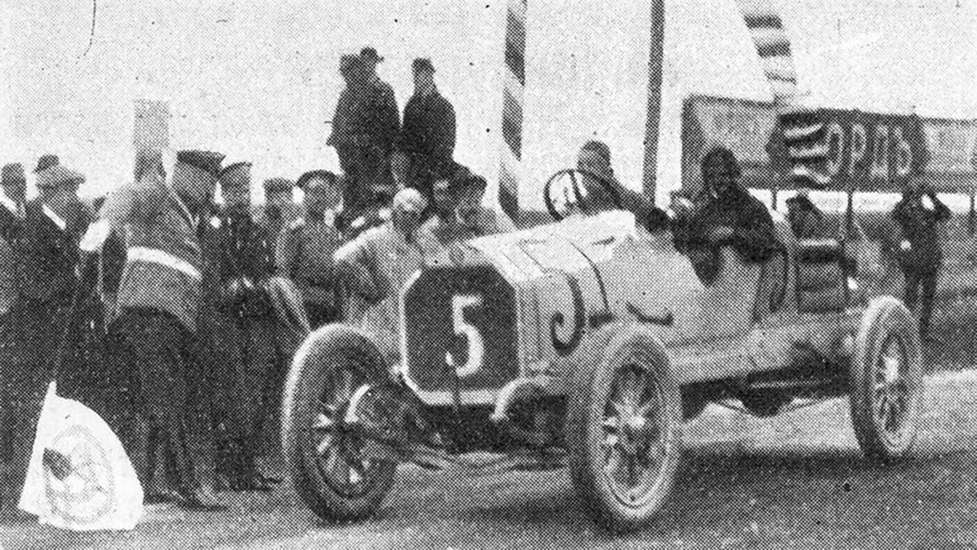 Grigory Suvorin melewati garis finis pada Grand Prix 1913.