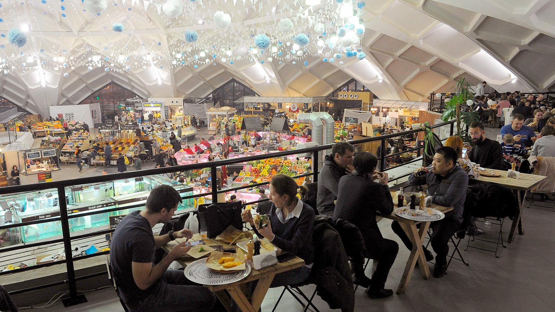 Pasar menjadi tempat baru untuk makan santai.