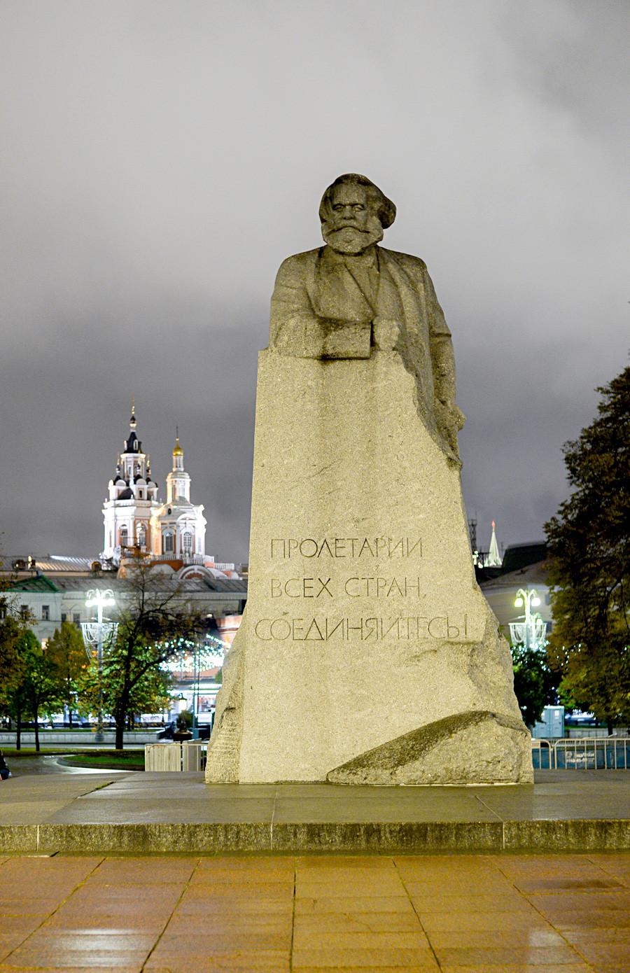 カール・マルクスの像