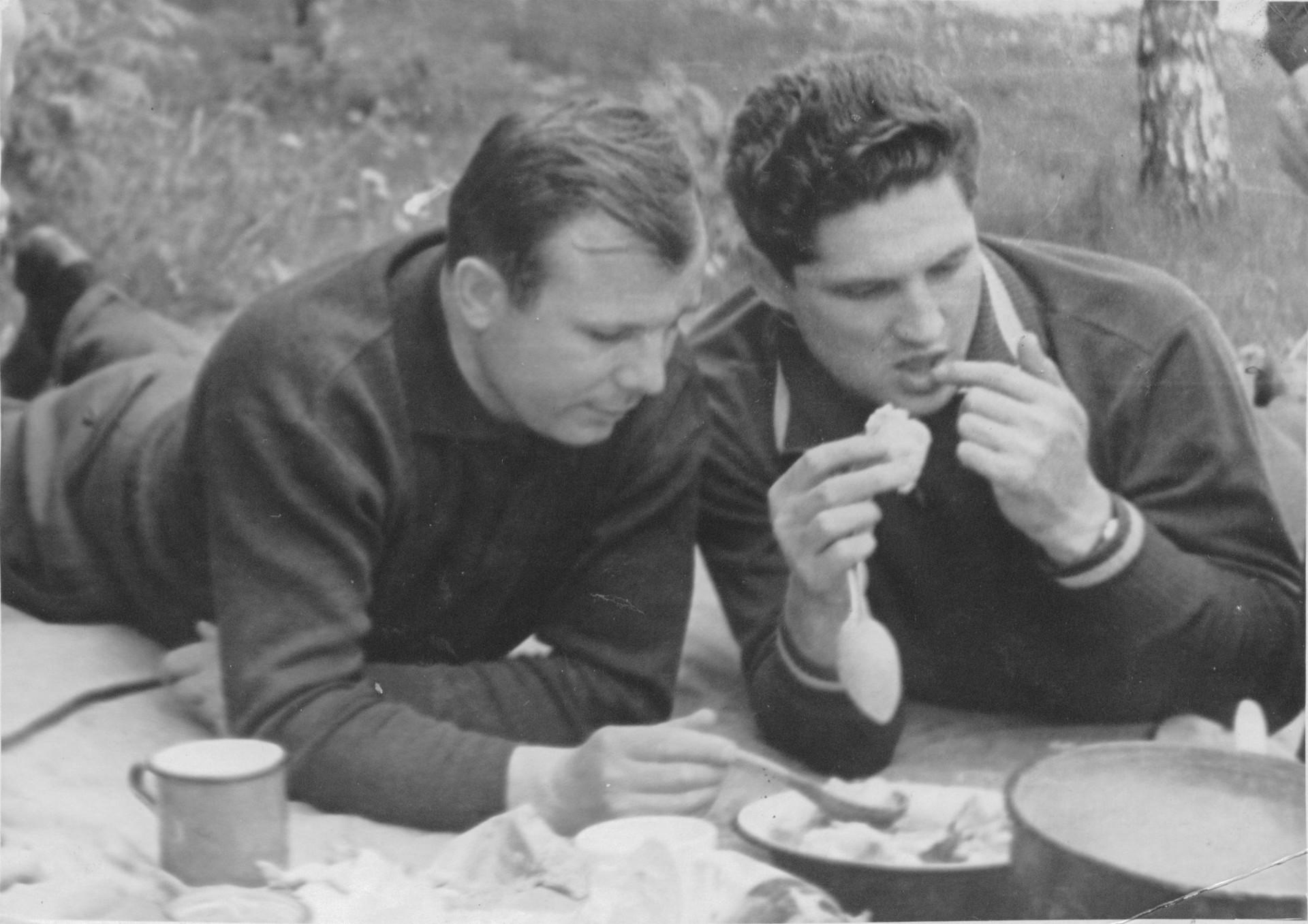 Volínov, a la derecha, junto a Yuri Gagarin.