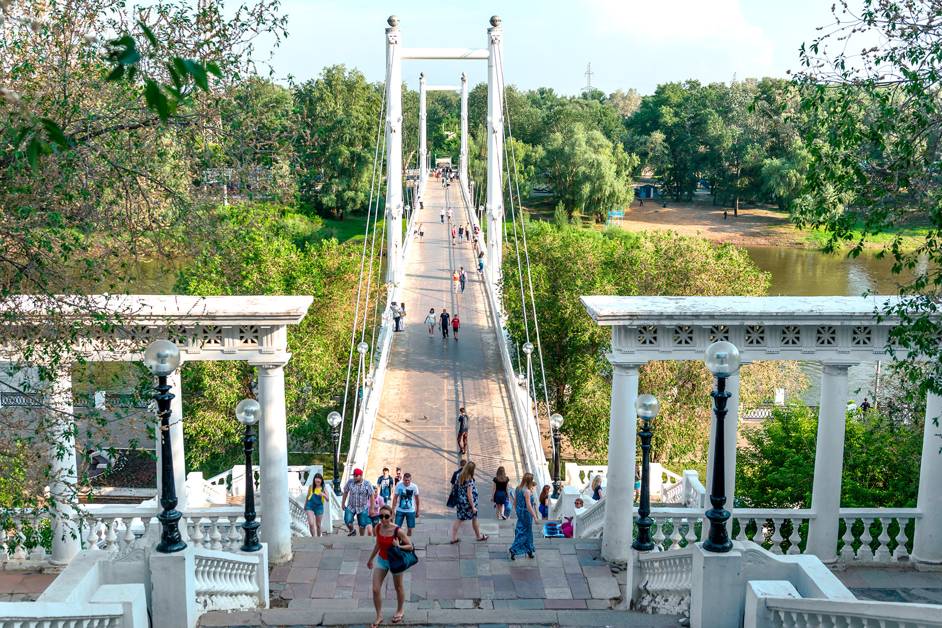 The pedestrian bridge over the Ural River in Orenburg.
