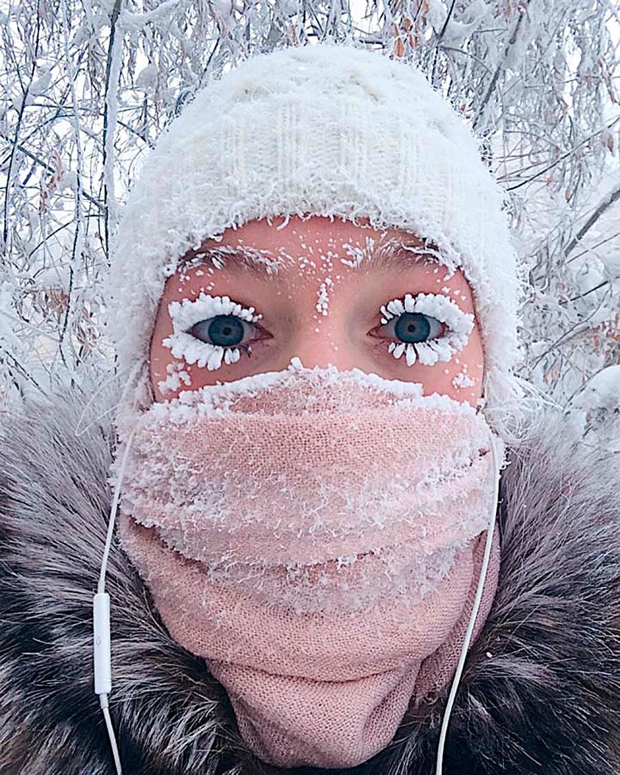 酷寒のシベリアで少女のまつげ凍...
