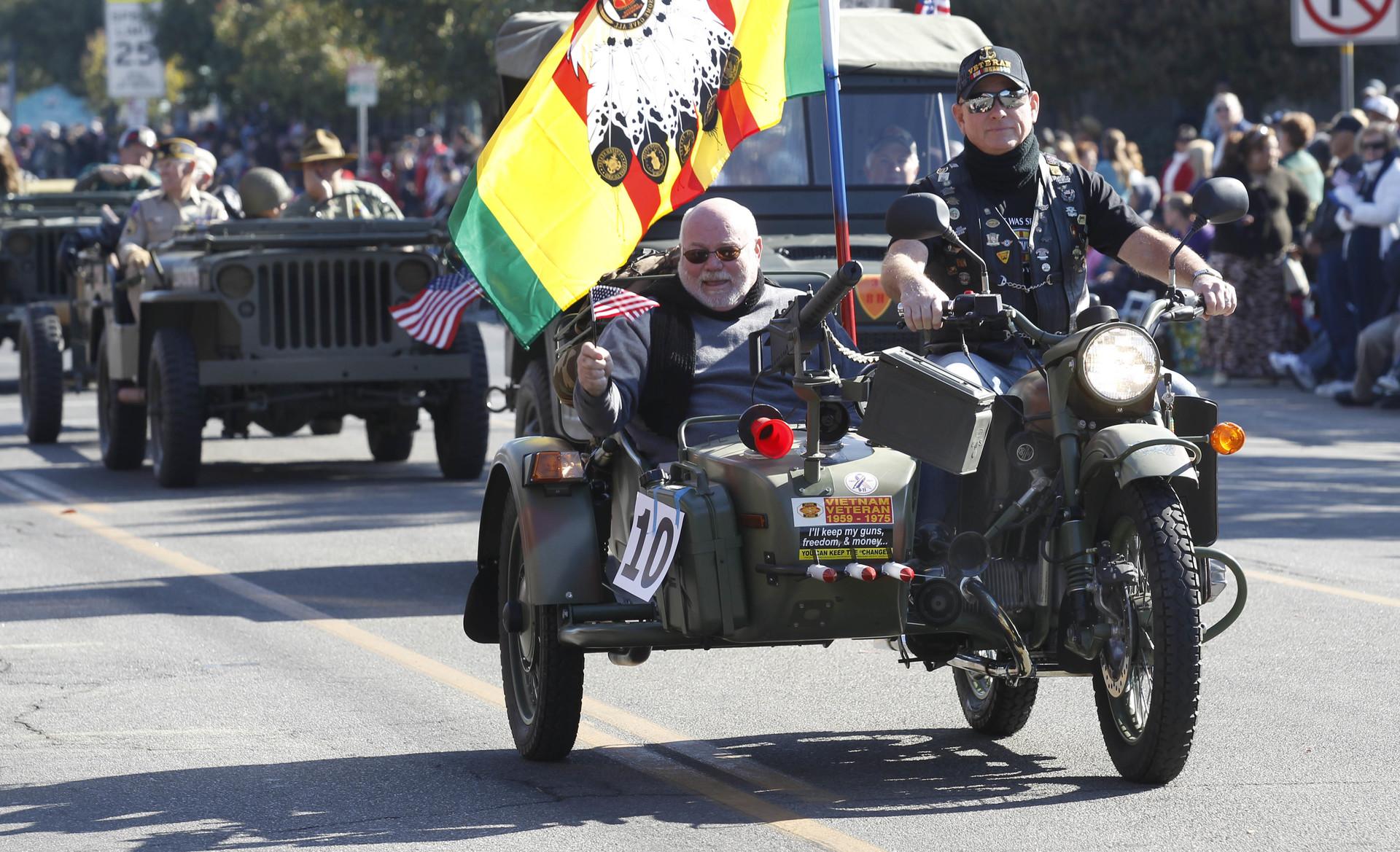 Ameriška vojna veterana z ruskim motorjem Ural na veteranski paradi v Kaliforniji