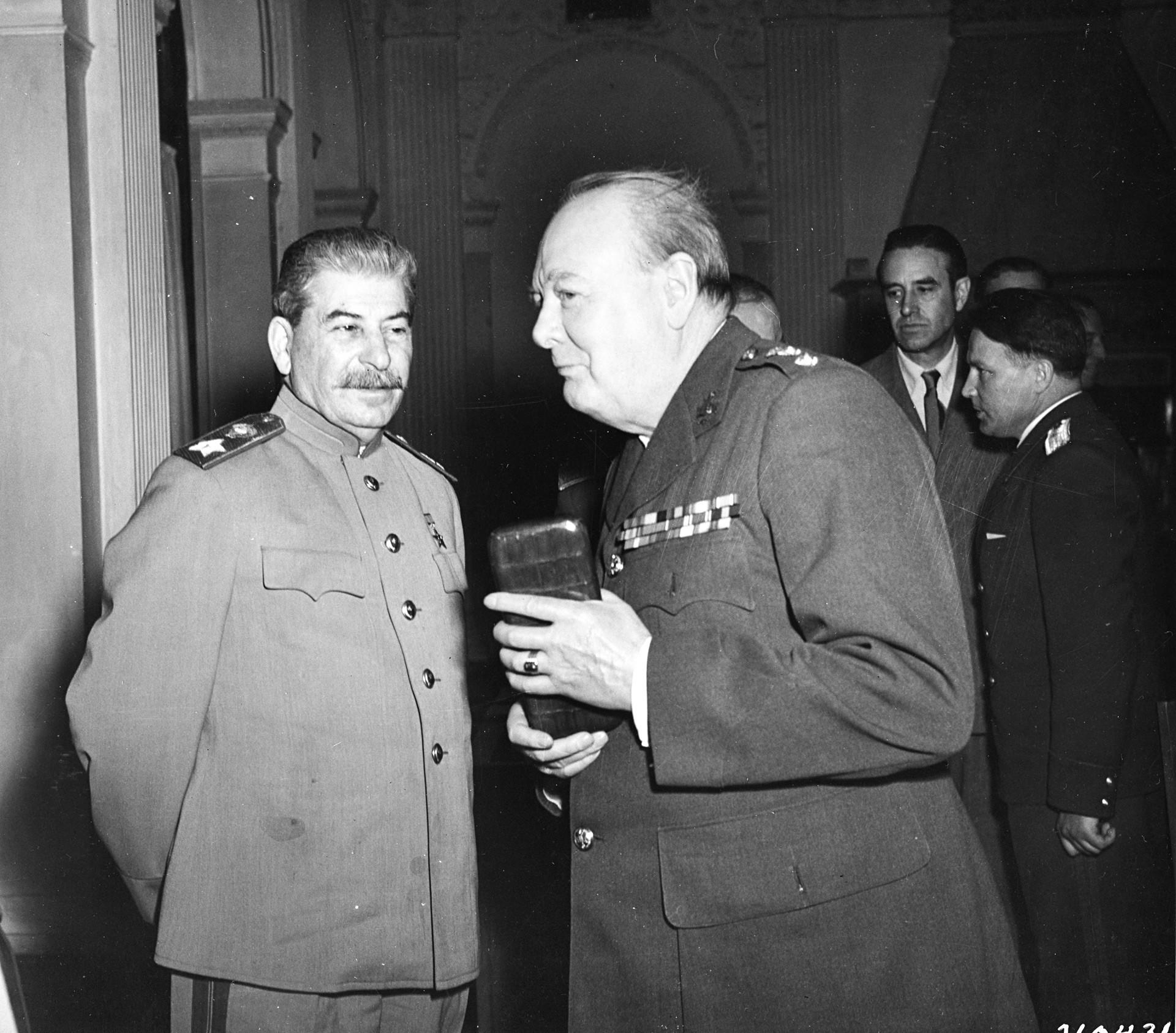 Сталин и Чърчил по време на Ялтенската конференция от 1945 г.