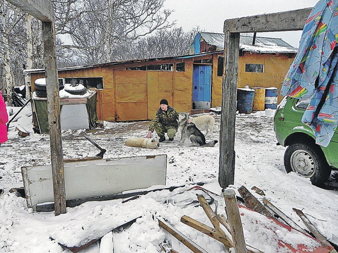 Шумска кућа коју је Леонид изградио својим рукама. Кућа изгледа чврсто, има две спаваће собе, кухињу и претрпан зимницама подрум. За струју је користио бензински генератор.