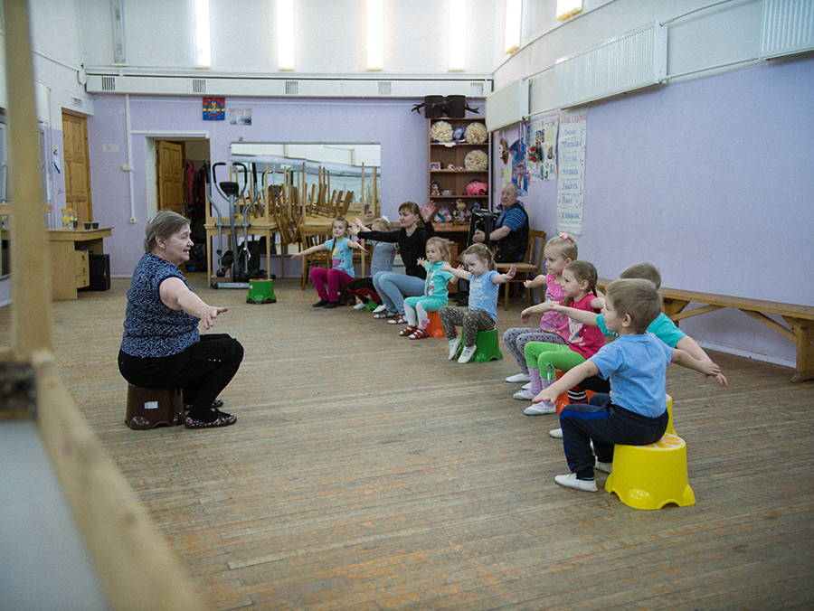 At the Center for National Culture, children attend after-school activities. The Sami flag hangs in the background