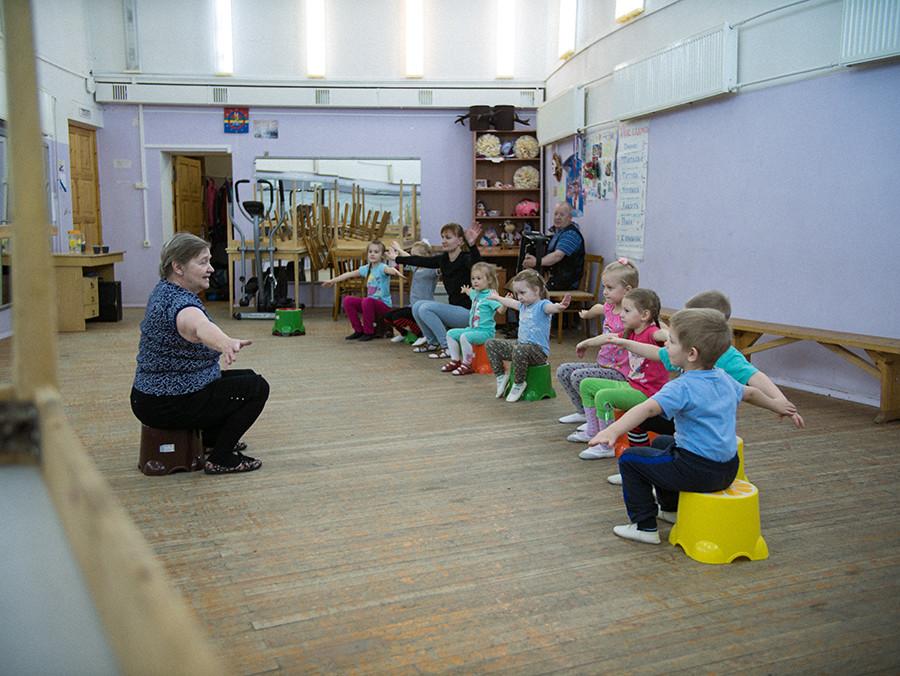 Au Centre pour la Culture Nationale, des enfants assistent à des activités extra-scolaires. Le drapeau sami est accroché en arrière-plan.