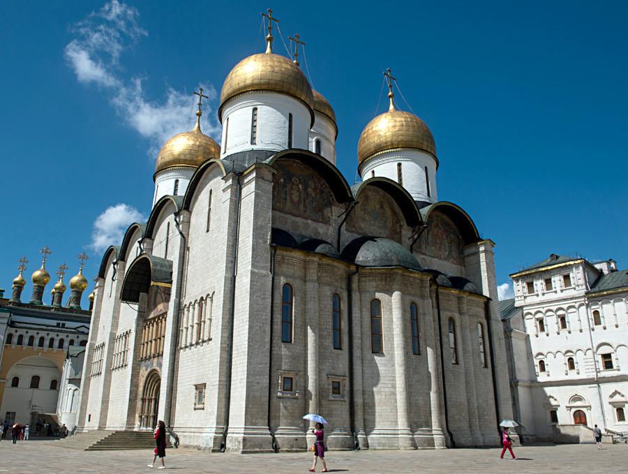 A Catedral da Dormição, na Praça da Catedral do Kremlin de Moscou.