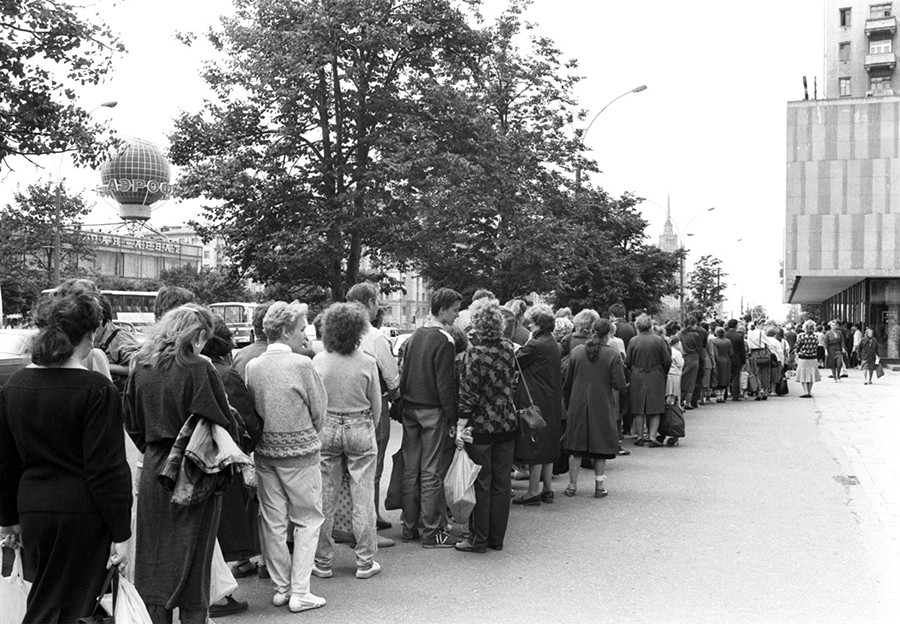 A line for rare books in Moscow