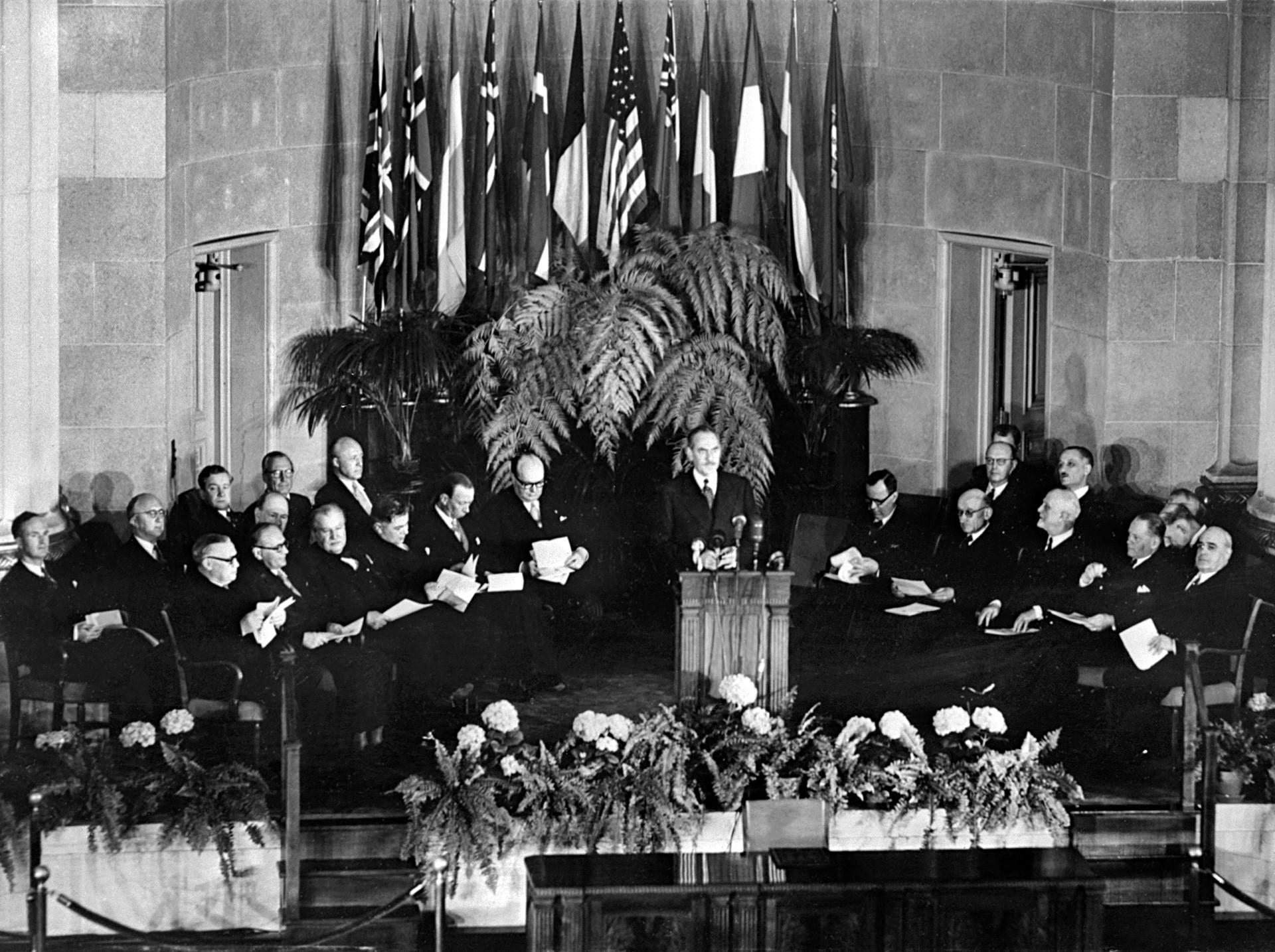 Званична церемонија потписивања Споразума о формирању Северноатлантског пакта (НАТО) у Вашингтону 4. април 1949. године.