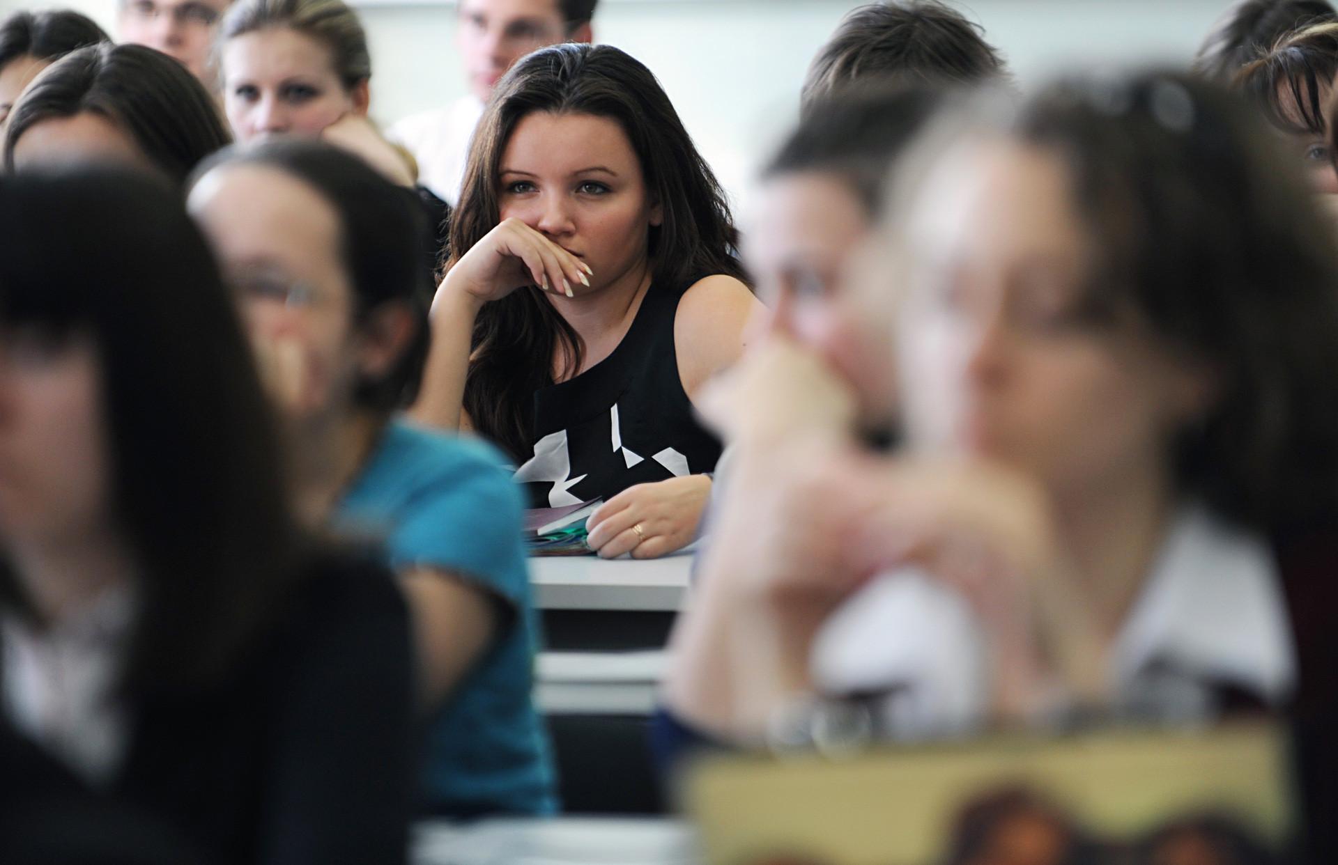 """Студенти Филозофског факултета Московског државног универзитета """"Ломоносов"""" (МГУ). Многи од њих не плаћају студије."""