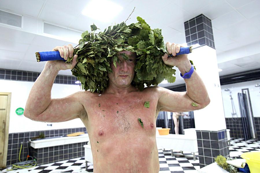 Para aumentar o efeito terapêutico, saia do banya e jogue um balde de gelo sobre o corpo.