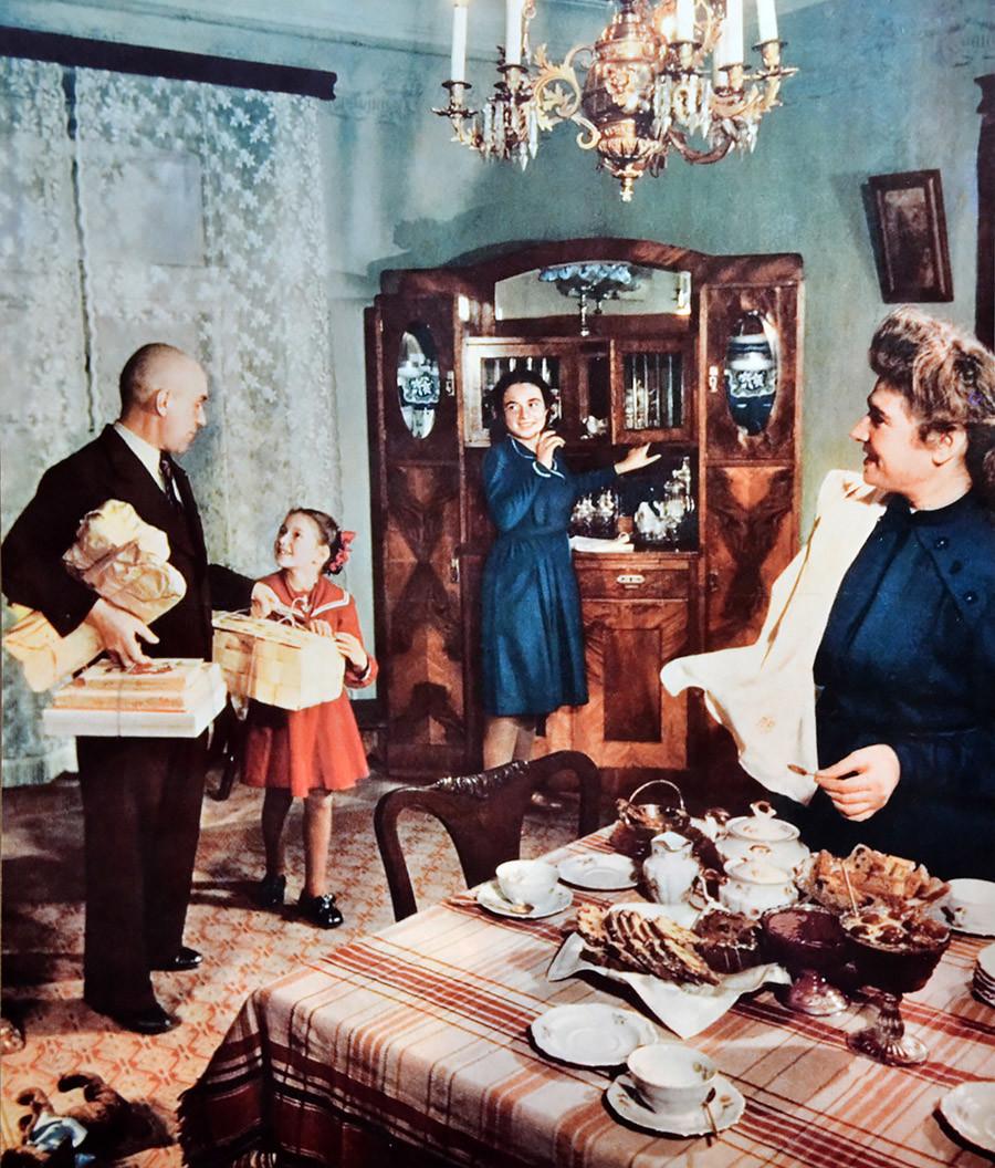 Совјетска породица у стану који је током 1950-их третиран као луксузан.