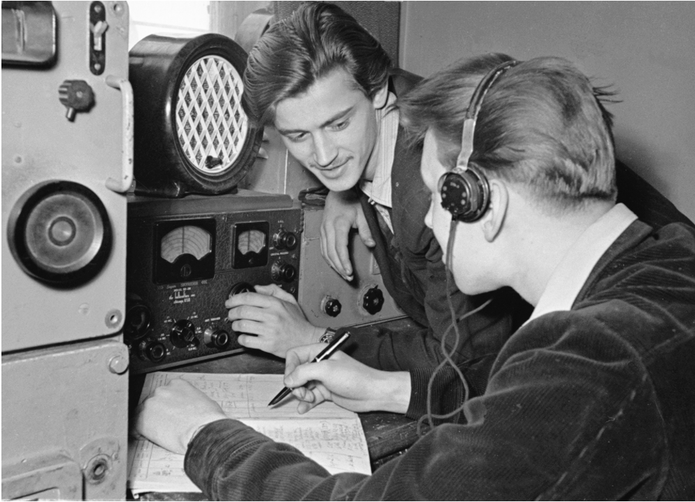 Moška poslušata radio v Sovjetski zvezi, 1. april 1958.