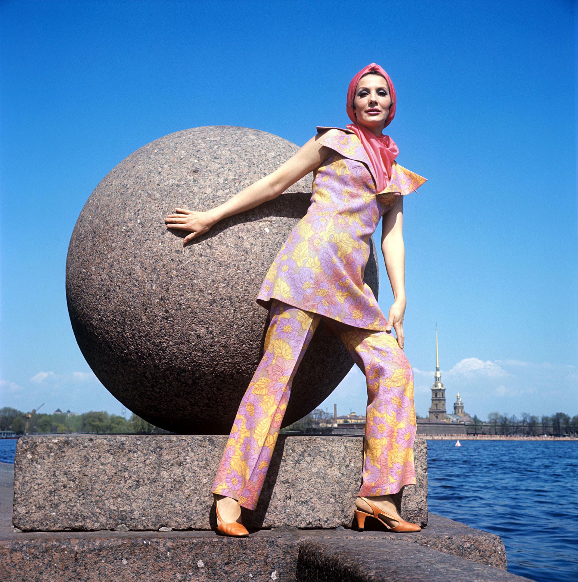 明るい色のスカーフのついたパンツスーツ 1970年