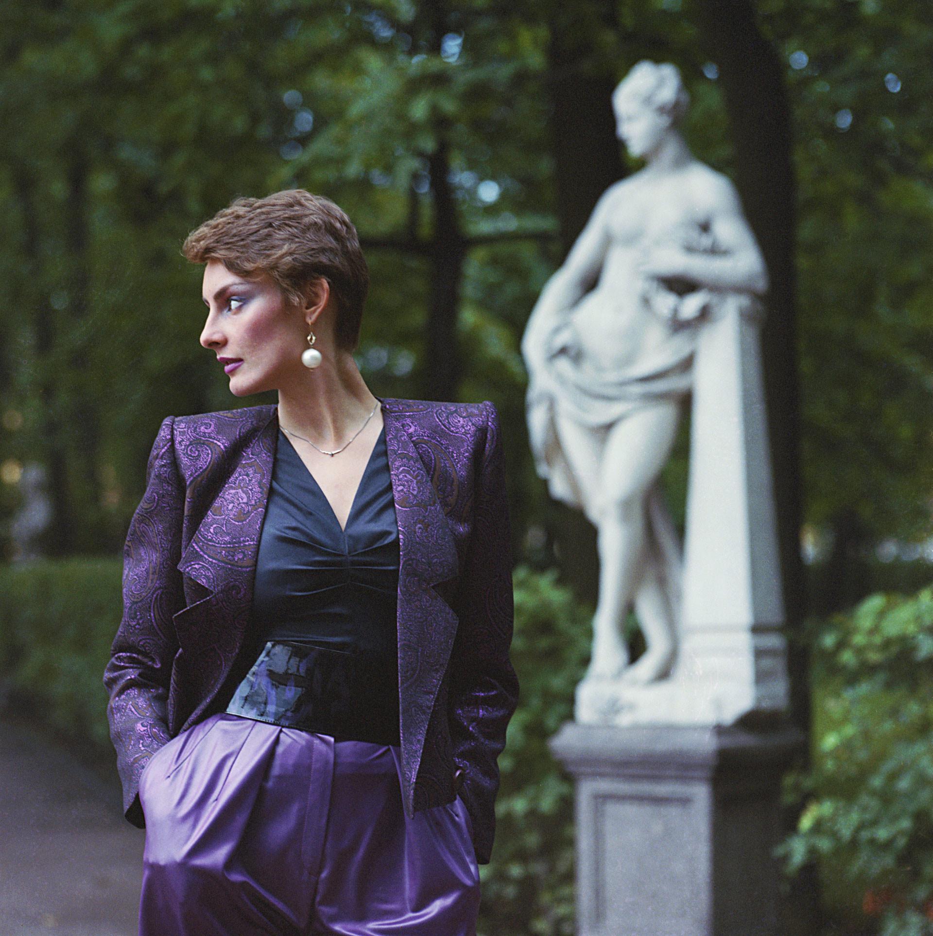 厚手のシルクとメリヤスで作られたエレガントなイヴニング礼装セット 1984年