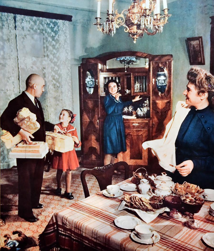 Sovjetska obitelj u stanu koji je tokom 1950-ih tretiran kao luksuzan.