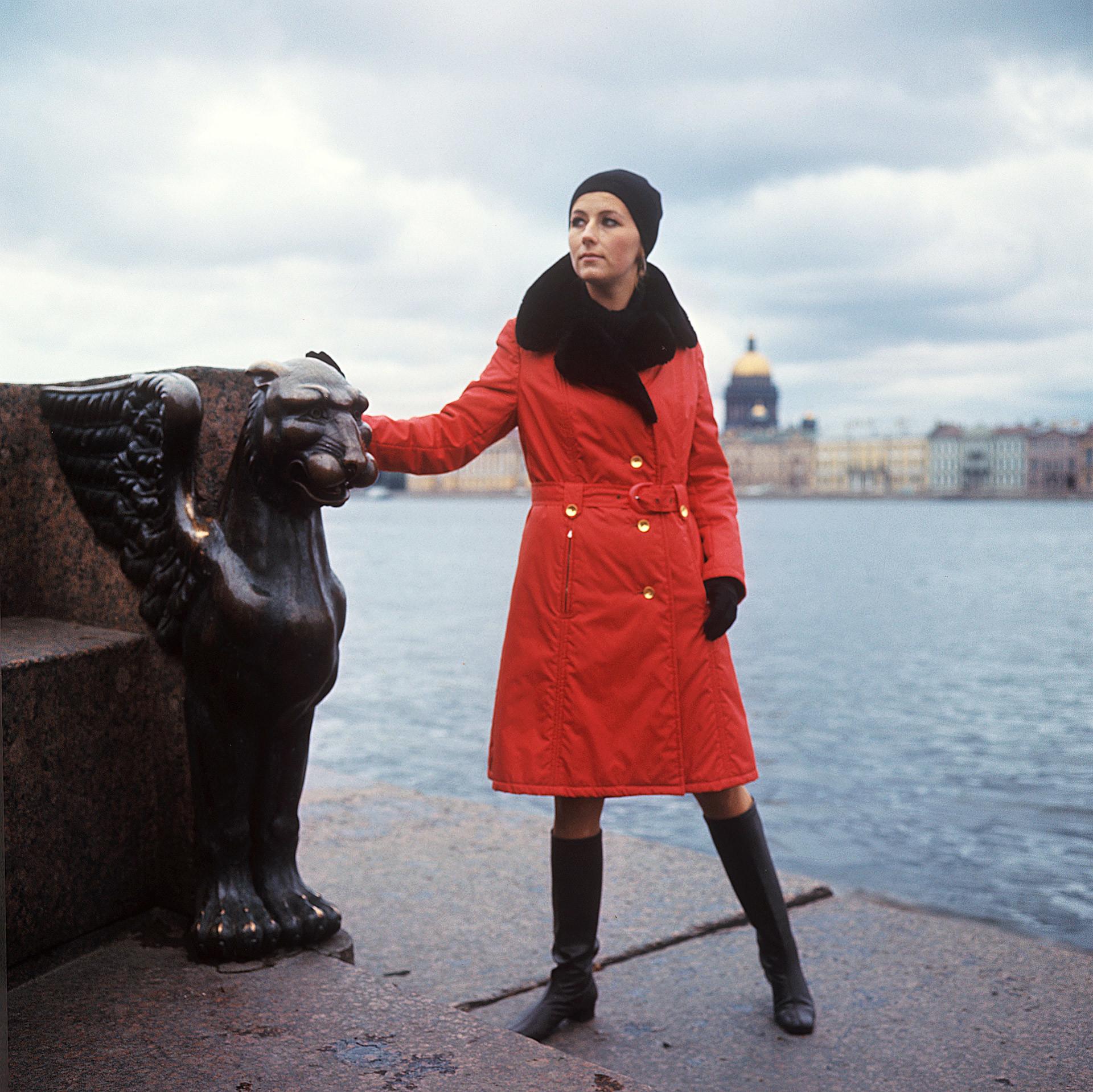 Manteau d'automne imperméable avec des éléments de fausse fourrure, 1970
